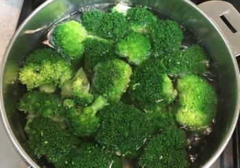 ブロッコリーを茹でる