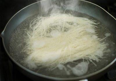 麺はフライパンでゆでるとふきこぼれない!